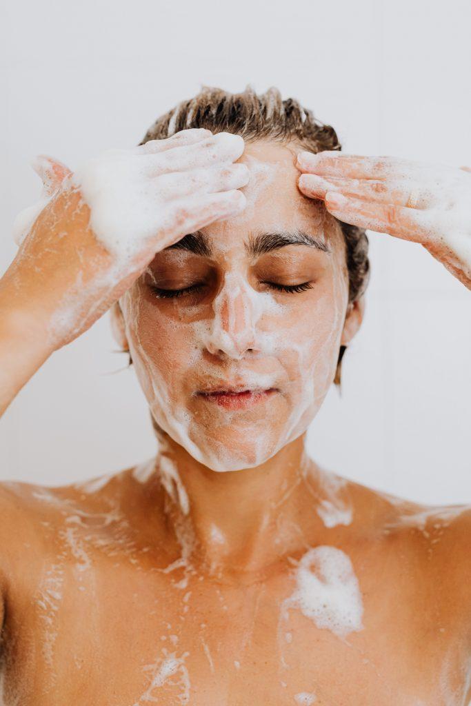 chica duchandose